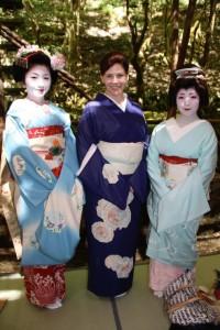 IMG_1626Sayuki-entertaining-customers-with-Kyoto-geiko-and-maiko-506x760