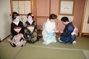 IMG_5094Sayuki-exchanging-greetings-with-Gion-geiko-760x506